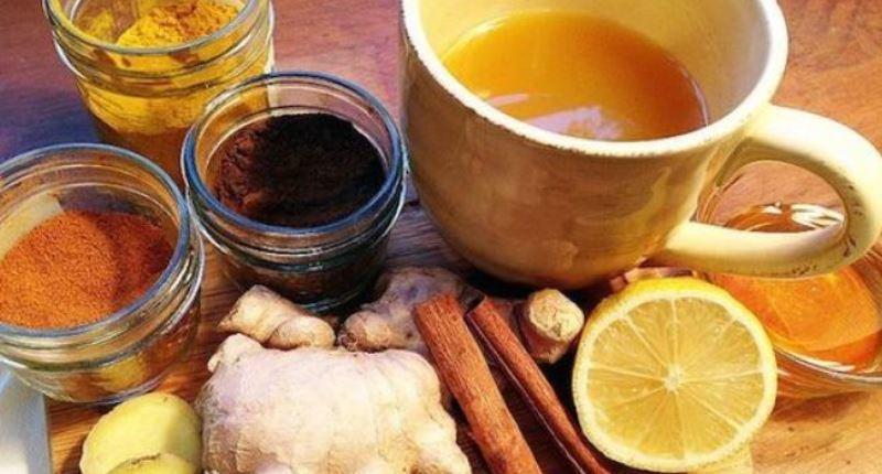 Té de canela, clavos de olor, cúrcuma, jengibre, limón y miel