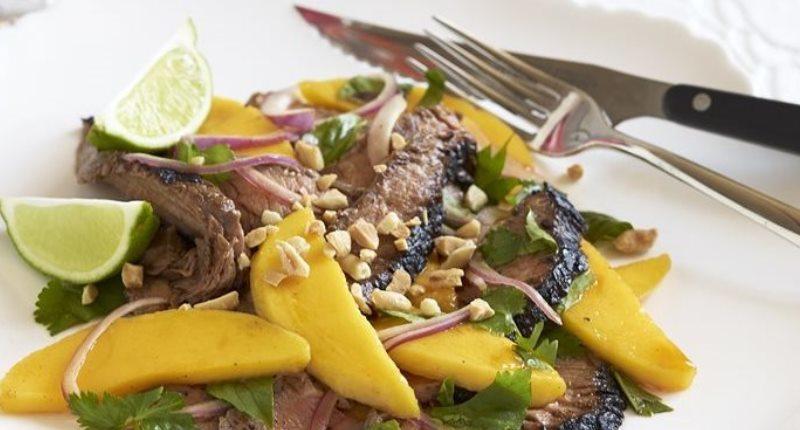 carne asada con ensalada jengibre y jugo de limon