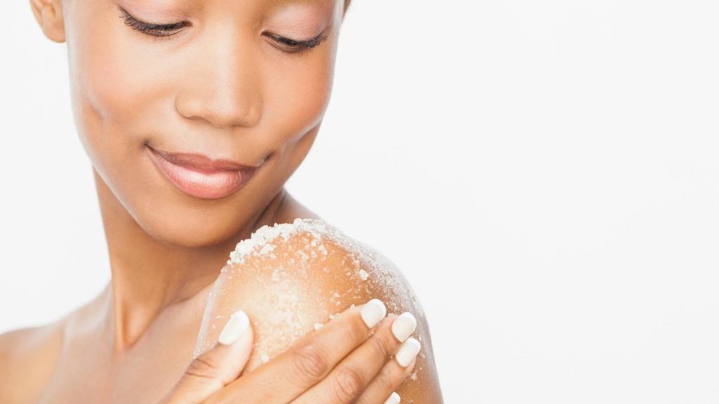 Cómo prevenir los brotes de acné en la espalda, hombros y pecho