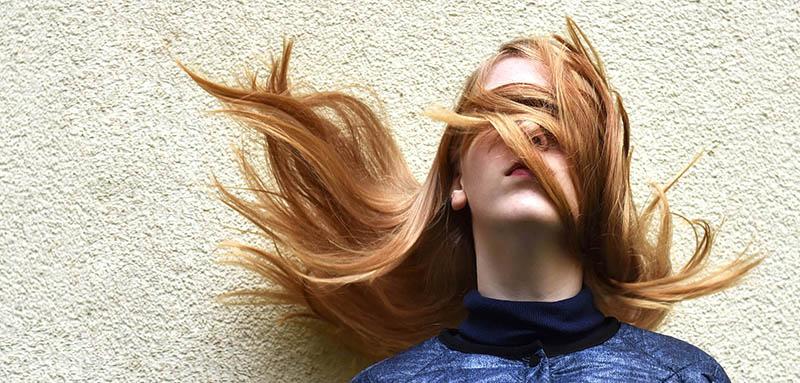 Chica con Cuidado de cabello con luces