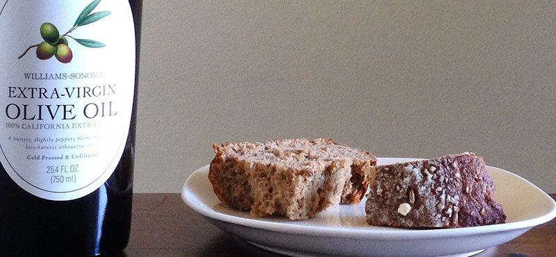 Aceite de oliva virgen extra en el desayuno con pan tostado