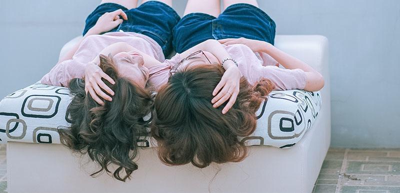 dos chicas con cabellos ondulados