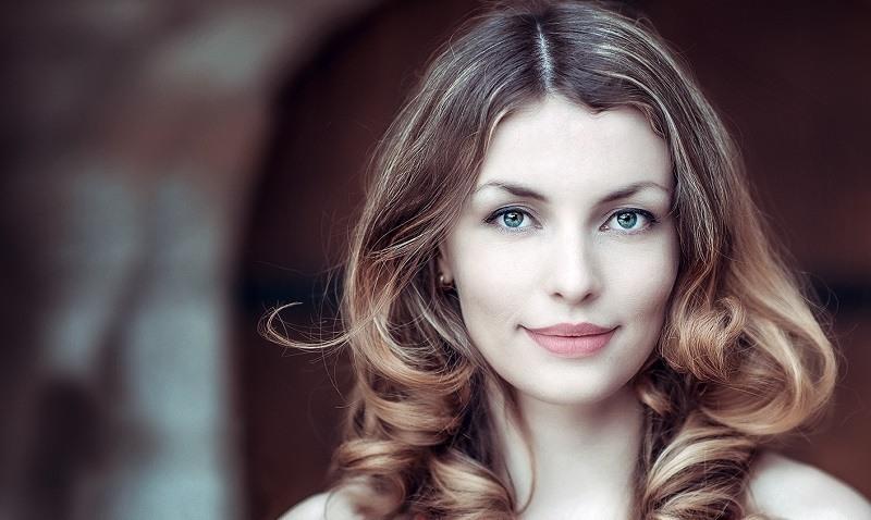 mujer de cabello rubio con mechas