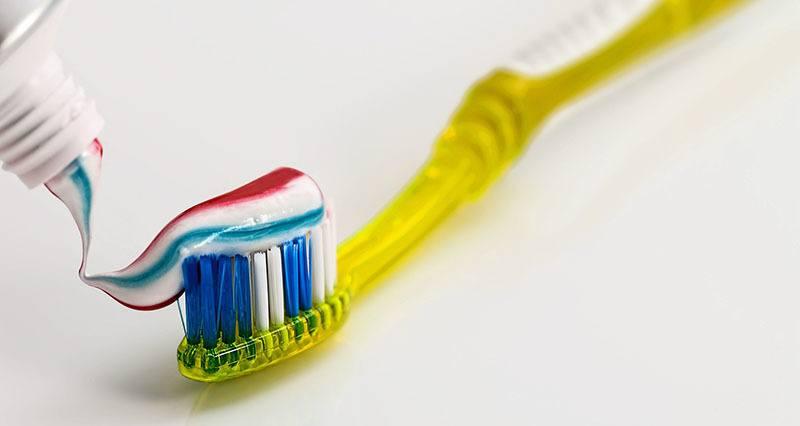 Cepillo con crema de blanqueamiento dental