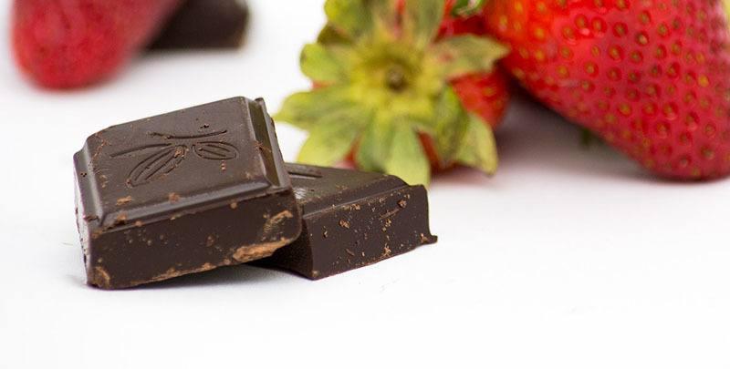 Chocolate negro con fresas para combinar