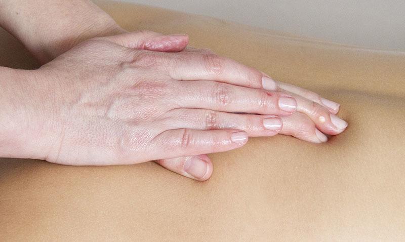 Drenaje linfático con masaje en la espalda