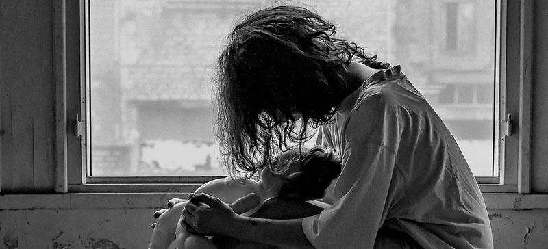 Chica triste con resultado prueba HCG con embarazo molar