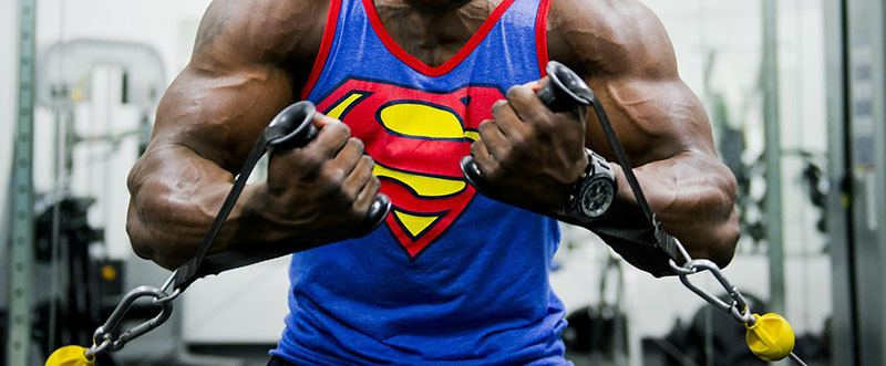 Entrenamiento de pesas con poleas para ganar masa muscular