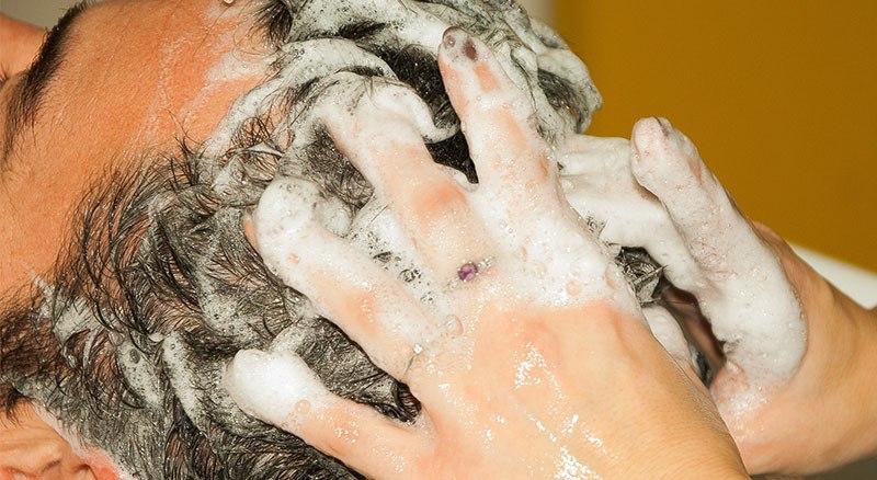 Lavar el cabello con champú sin sal