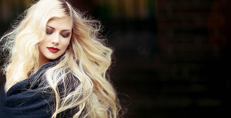 chica Rubia con pelo decolorado