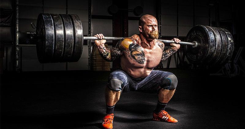 Hombre haciendo Sentadilla para ganar masa muscular