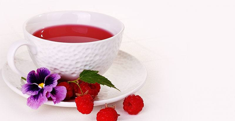 Té de hojas de frambuesas para los calambres menstruales