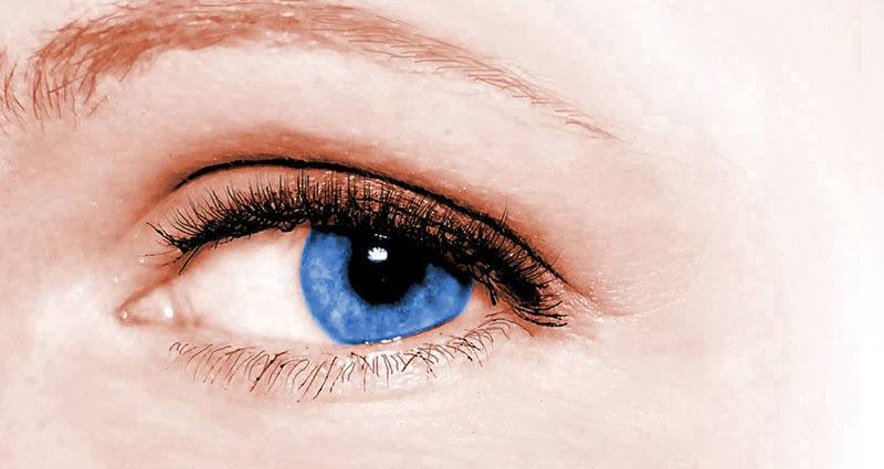 Patas de gallo en ojos azules