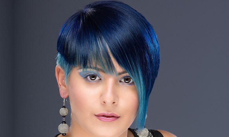 Chica pelo corto con tinte azul balayage