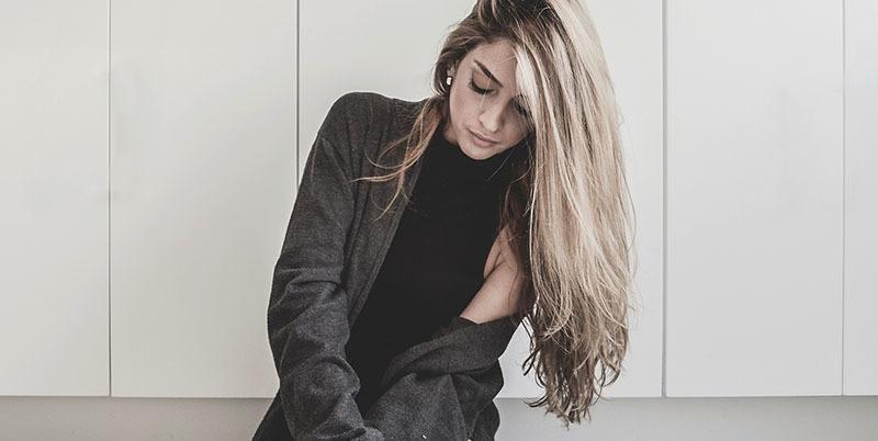 Mascarilla reparadoras reconstructivas sobre pelo dañado de chica