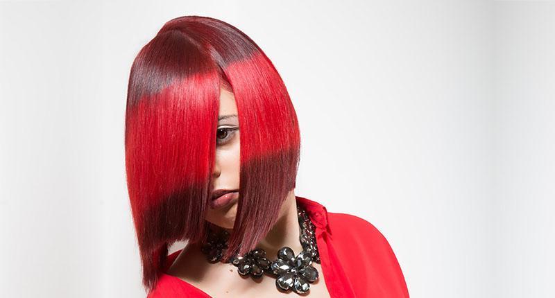 Chica con tinte bicolor en tonos rojos