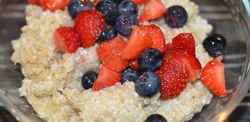 Desayuno de quinoa con frutas y yogur o leche