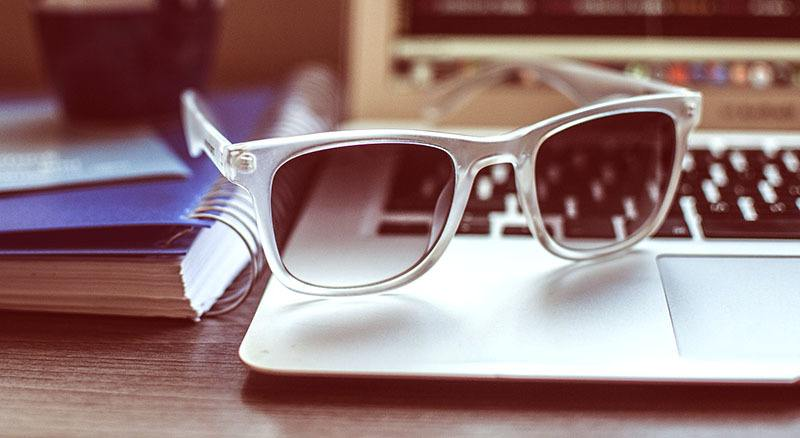 Proteger los ojos con gafas de sol
