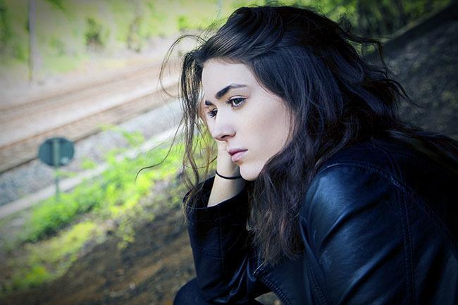 Chica joven mirando el camino de su vida