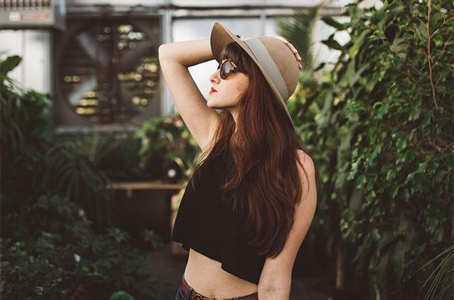 Mujer con piel sensible en invernadero