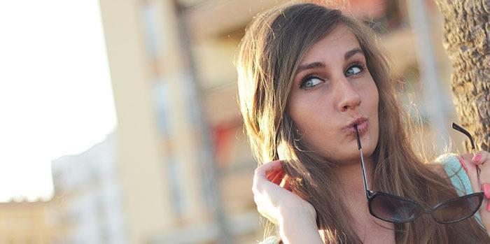 Chica preguntándose la duración de un tratamiento de ácido hialurónico en ojeras