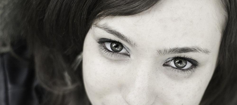 Chica con ojeras cansancio para usar crema con ácido hialurónico