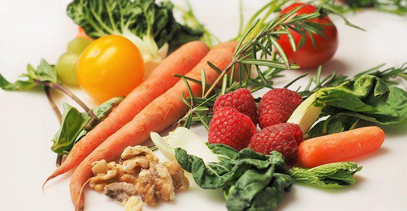 La alimentación sana evita la caspa