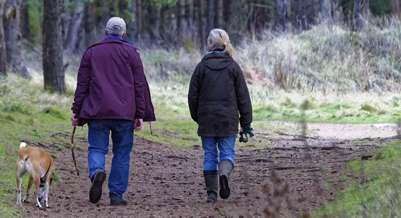 Caminar, ejercicio físico muy completo ayuda en los calambres menstruales