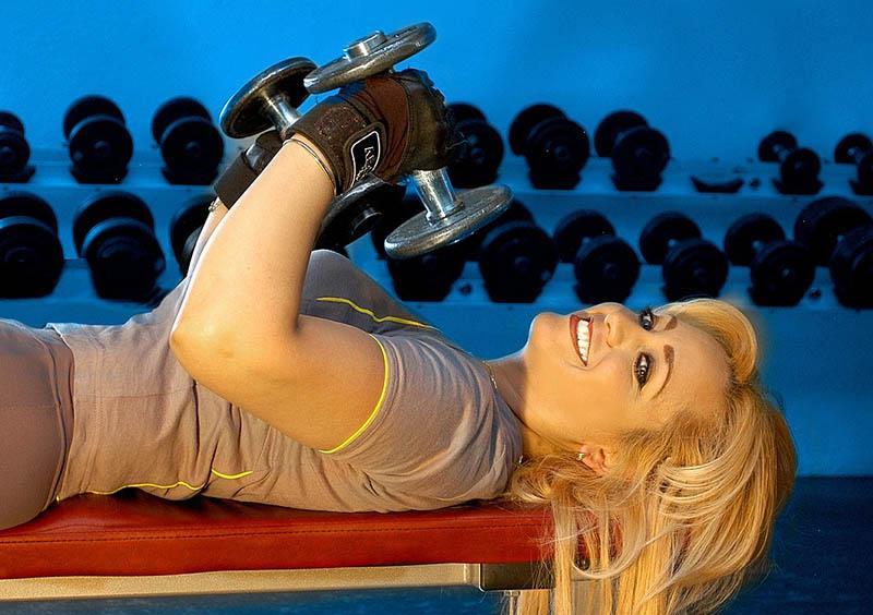 Pesas y culturismo en gimnasio para realizar ejercicio
