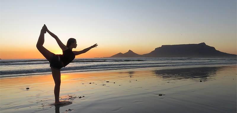 Realizar yoga en la playa ayuda al alma