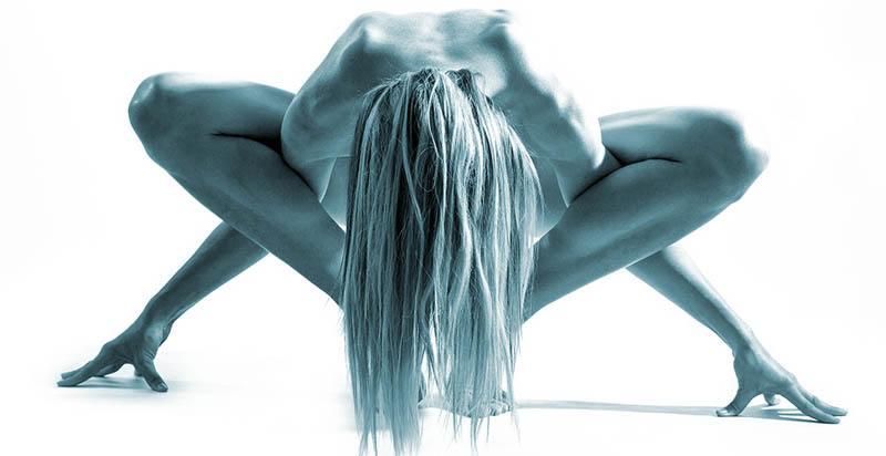 Mujer haciendo yoga posición dificil