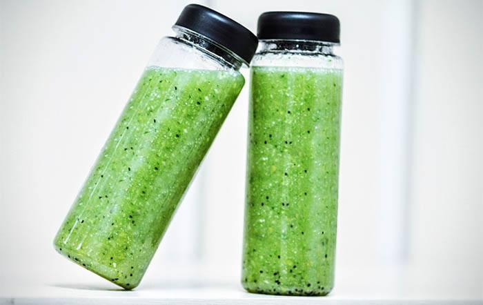 Congelar moldes de zumos verdes en botellas de plástico