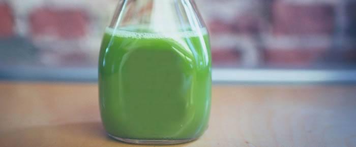 Botella de cristal con zumo verde