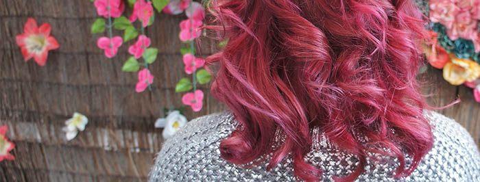 Cabello teñido de rojo y rizado