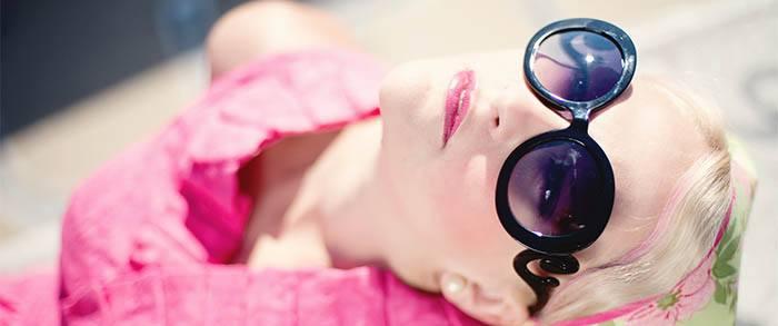 Chica tomando el sol para vitamina D