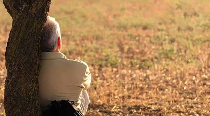 persona mayor tomando sol para fortalecer huesos con vitamina D