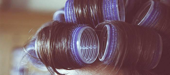 Rulos en cabello para mantener los rizos