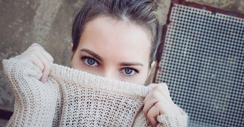 Chica con miedo al dolor por depilación capilar