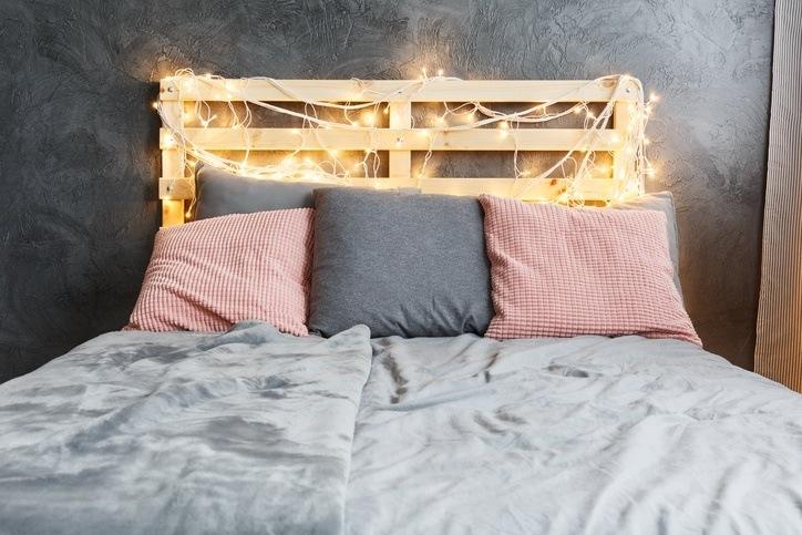 cabecero de la cama hecho con palets