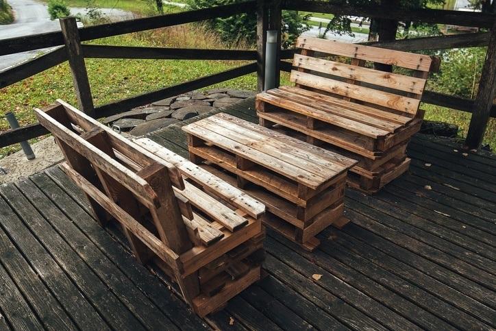Muebles con palets para terraza con mesa y sillones