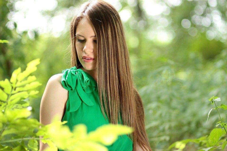 chica con el pelo liso