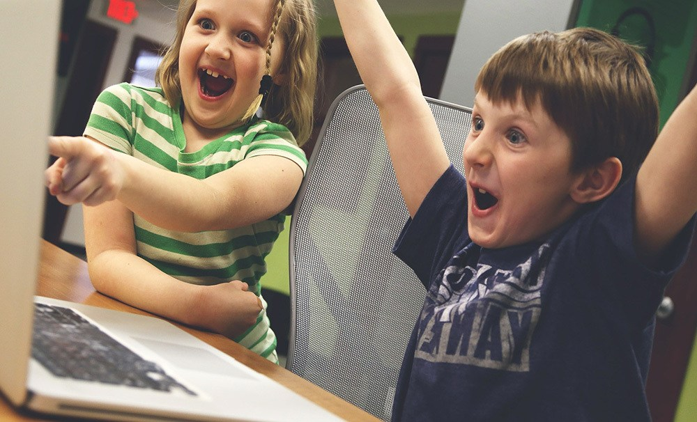 Niños pequeños con tecnología
